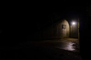 Bunkereingang in der Nacht
